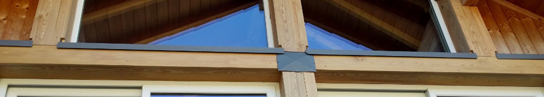 Habillage en mélèze et zinc quartz d'une charpente et appuis de fenêtres
