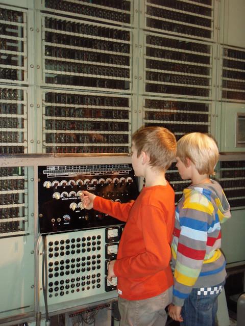 einer der ersten Computer - ein durchschnittliches Handy kann heute mehr