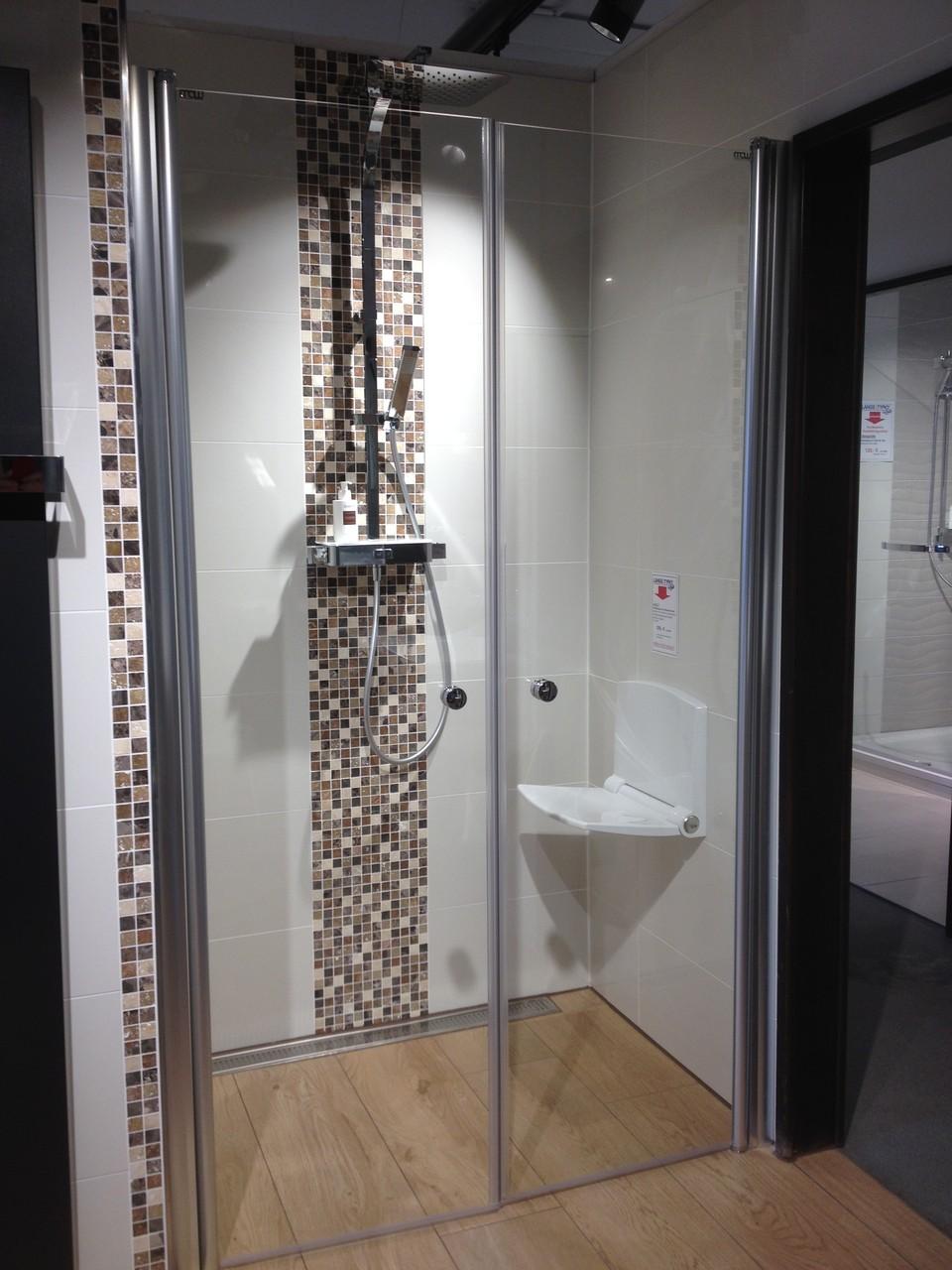 Bodenebene Dusche mit Regenbrause