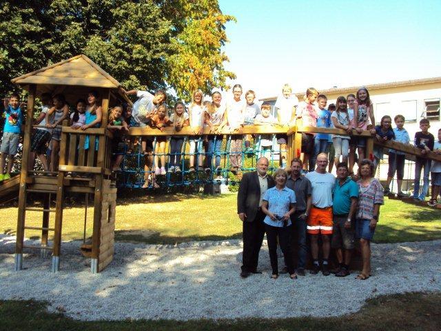 Im Beisein von Rektorin Irmhild Philipp, Bürgermeister Thomas Einwang sowie Mitarbeitern aus Bauhof und Verwaltung haben die Kinder das neue Spielgerät mit Begeisterung in Beschlag genommen.