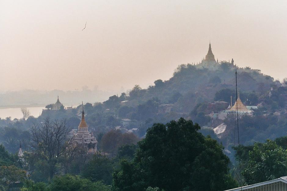 Stupas so weit das Auge reicht.