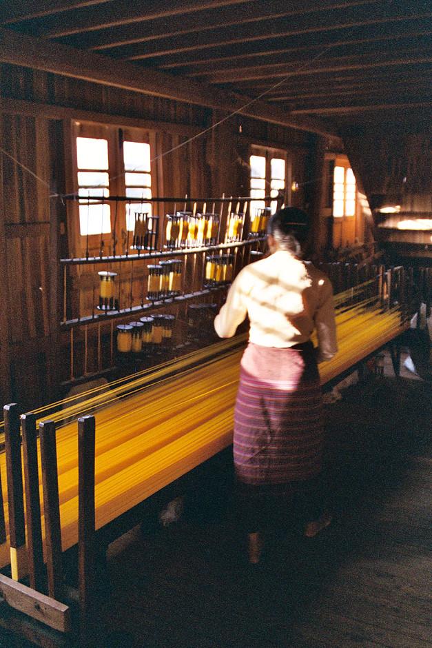 Seidenweberei in Ywama