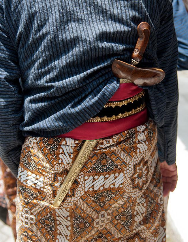 Traditionellen Jacke: Surjan, unter der auf dem Rûcken ein Kris herausragt