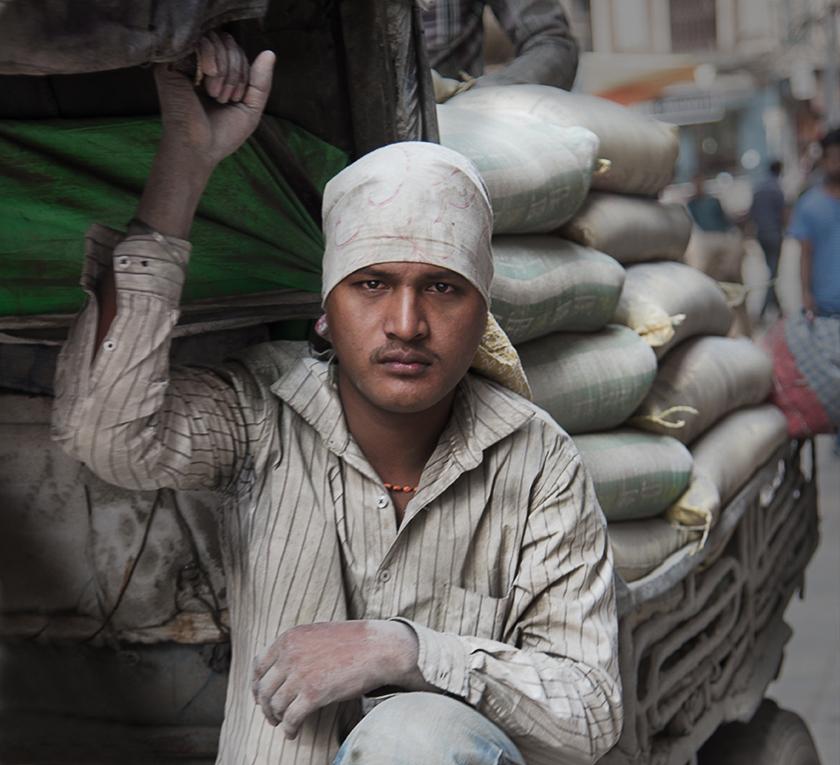 Junger Arbeiter auf dem Wagen, Kathmandu, Nepal