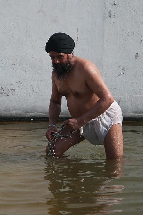 Bad im heiligen Wasser / Sikh Tempel Gurdwara Bangla Sahib