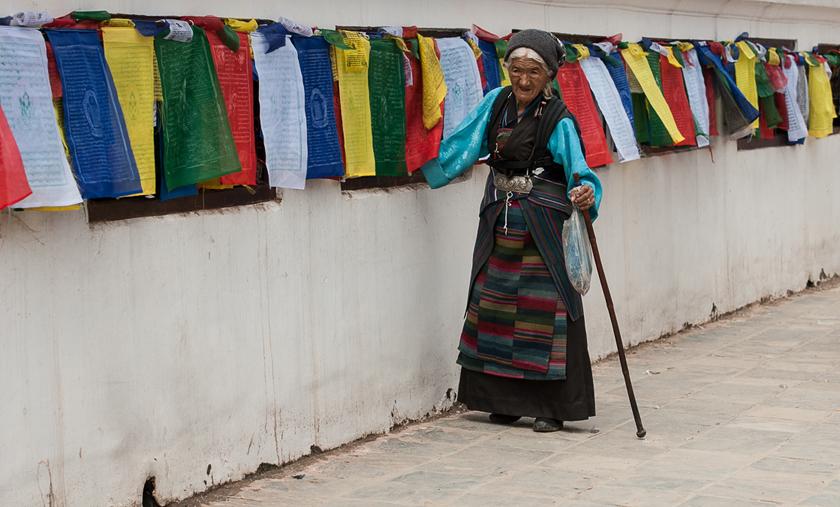 Alte Dame dreht die Gebetsmûhlen,  Bodhnath Stupa, Kathmandu