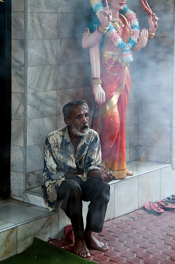 Vor dem indischen Sri Mariamman-Tempel