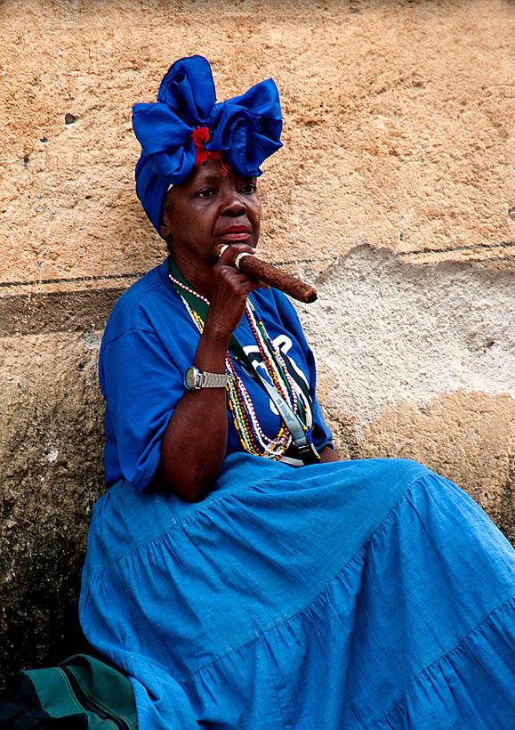 Dame mit Zigarre