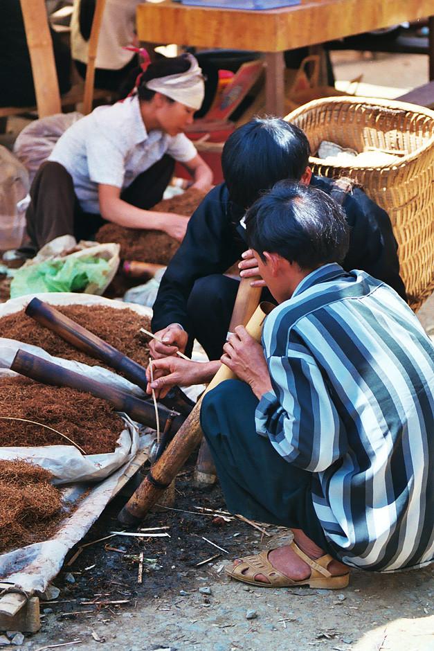 Rauchen mit den Bambuspfeifen