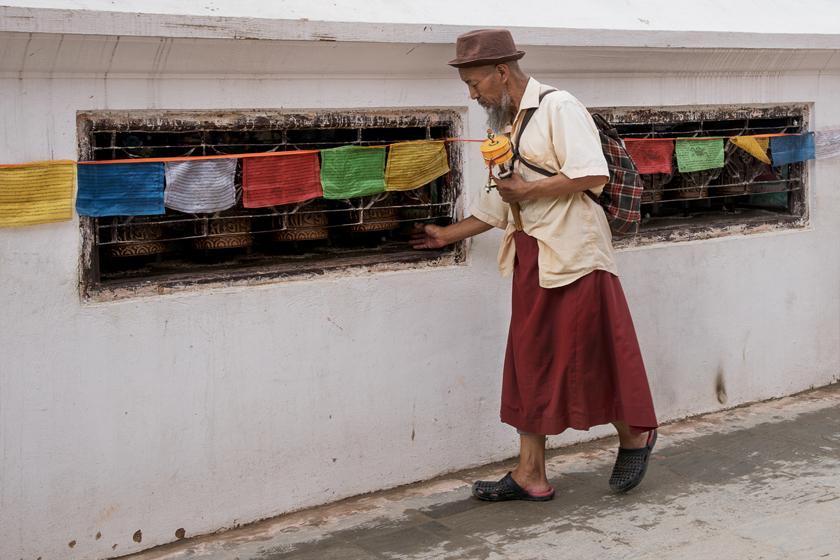 Mann dreht die Gebetsmûhlen,  Bodhnath Stupa, Kathmandu
