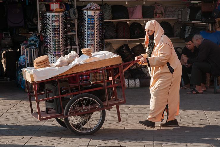 Brotverkäuferin.Platz der Gaukler, Djemaa el Fna
