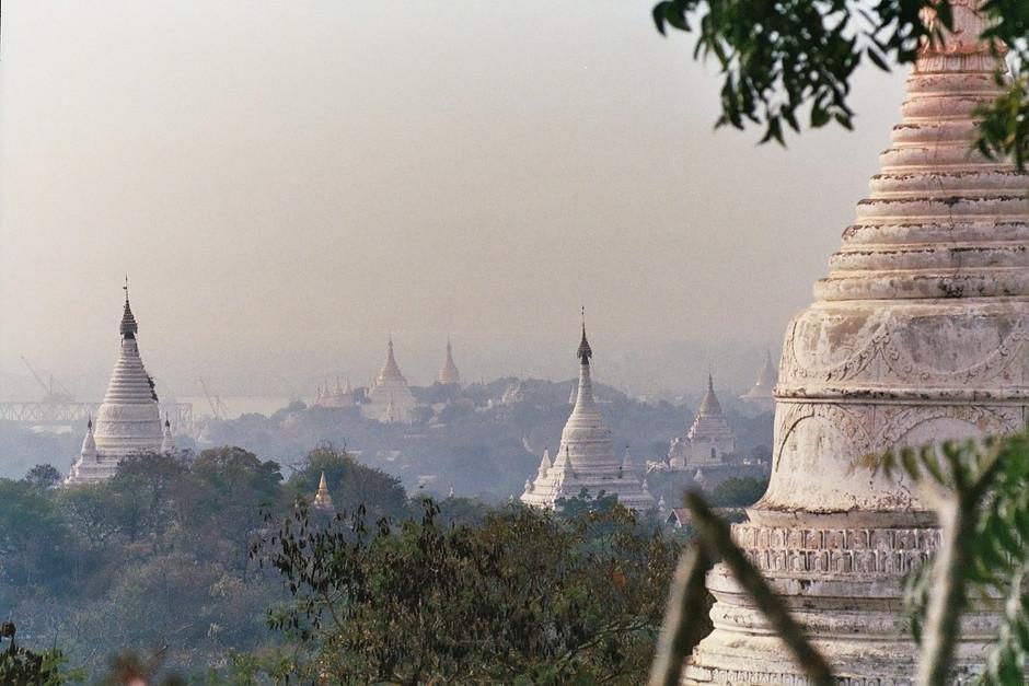 Der Hügel von Sagaing ist mit unzähligen Pagoden übersät.