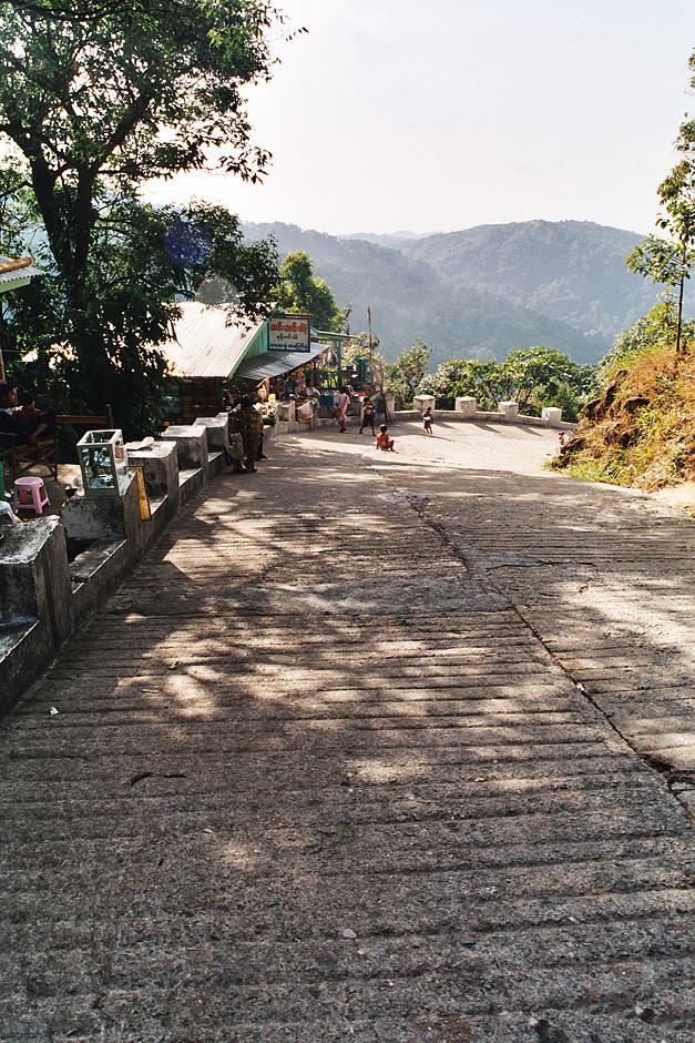 Der Weg  der hinauf zum Goldenen Felsen fûhrt