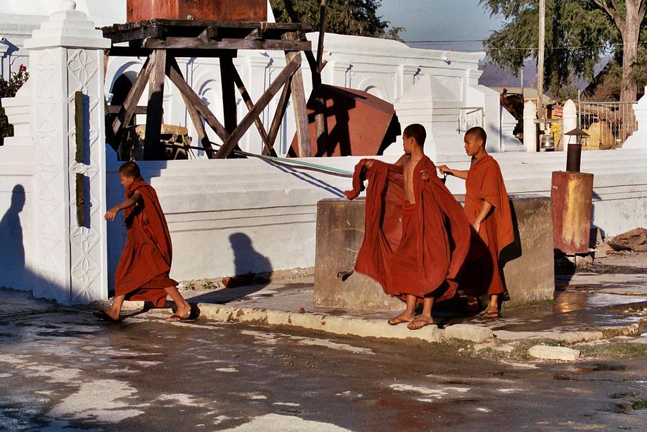 Mönche bei der Arbeit