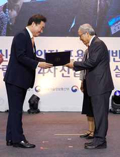 Prime Minster of Korean Government presented the certificate of merit to Prof. Kwon