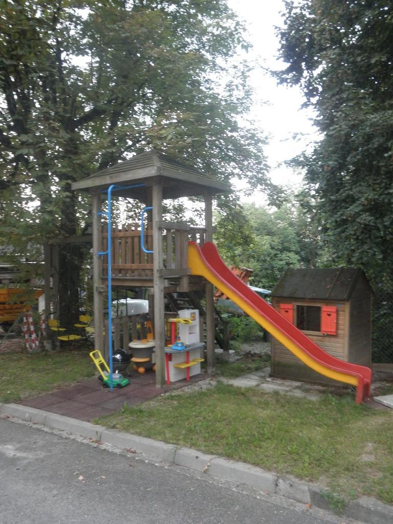 unser Spielturm mit Schaukeln und Spielhäuschen