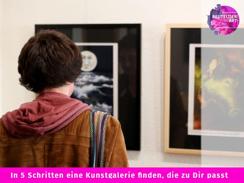 Besucher einer Kunstgalerie betrachtet Bilder.