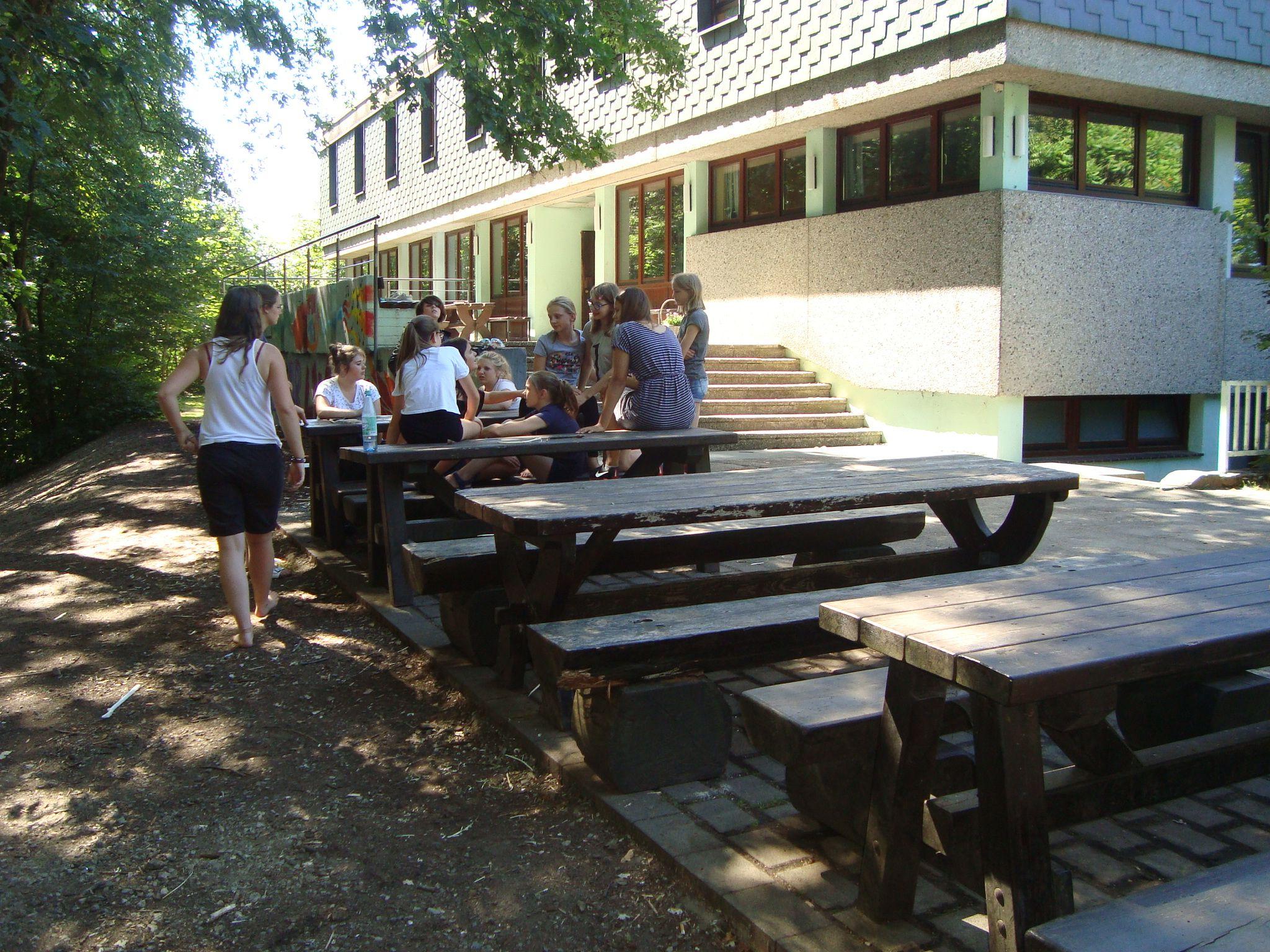 Jugendherberge Lindlar: Grillplatz + Sitzmöglichkeiten