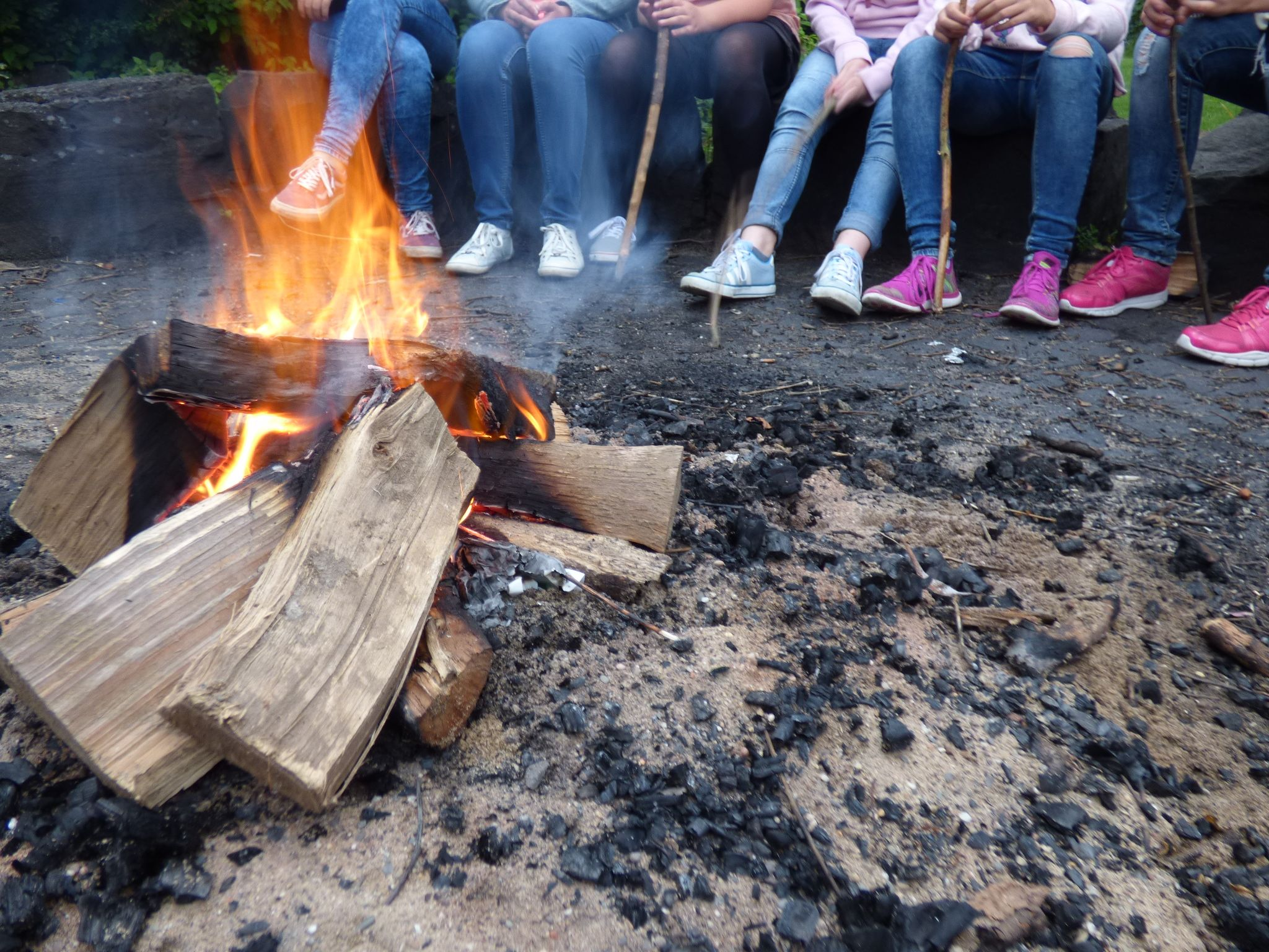 Außengelände: Feuerstelle + Stockbrot