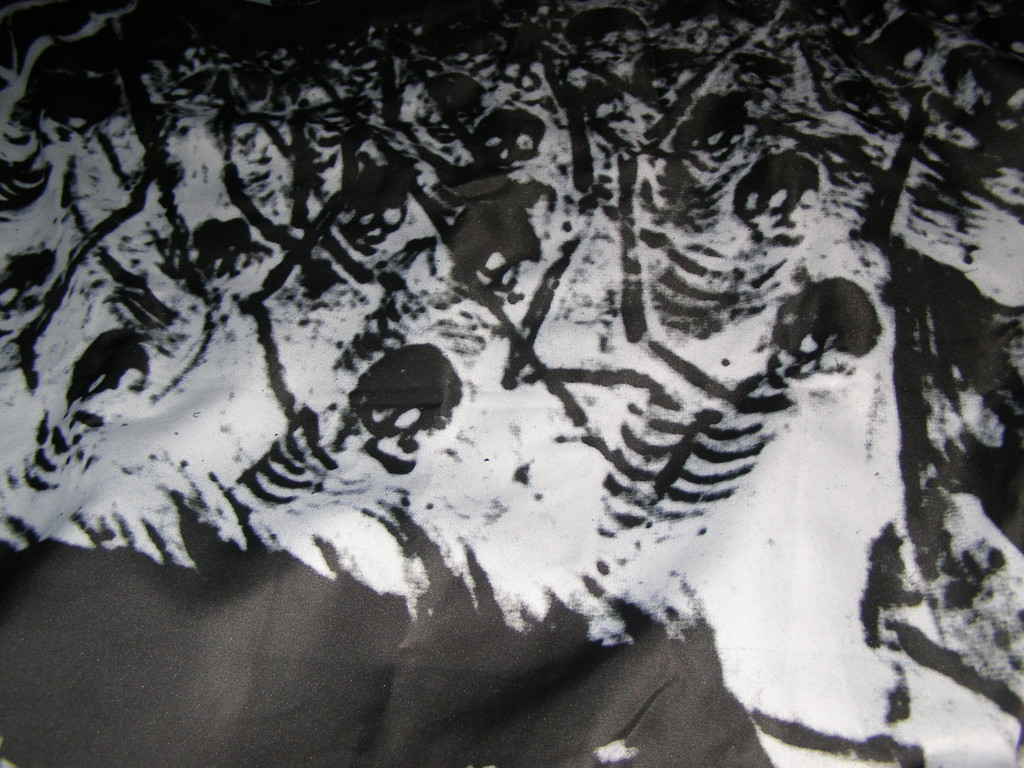 """Ризунок на плаще Некрозотара (ч/б фрагмент картины Блейгеля """"Триумф Смерти"""")"""