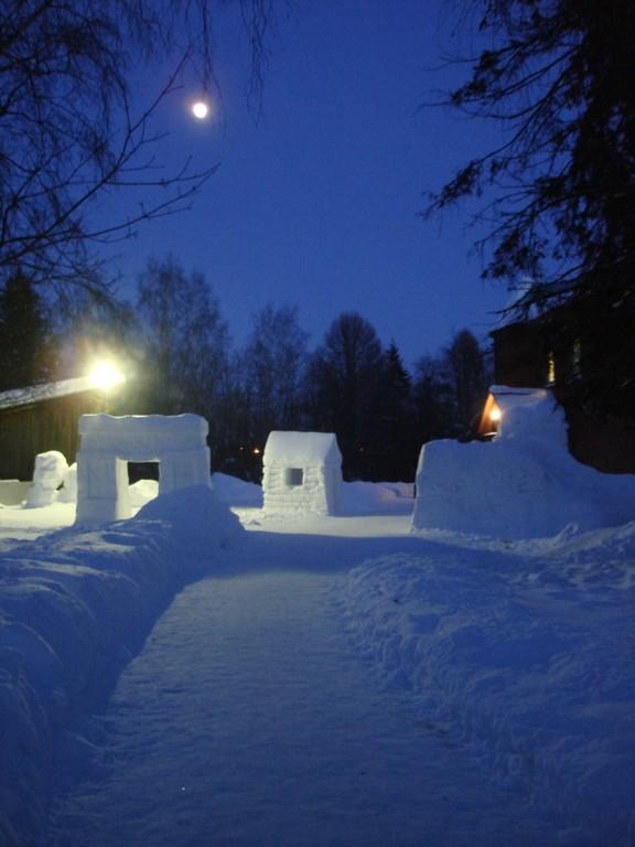 Снежный городок около Художественной школы города Пушкино