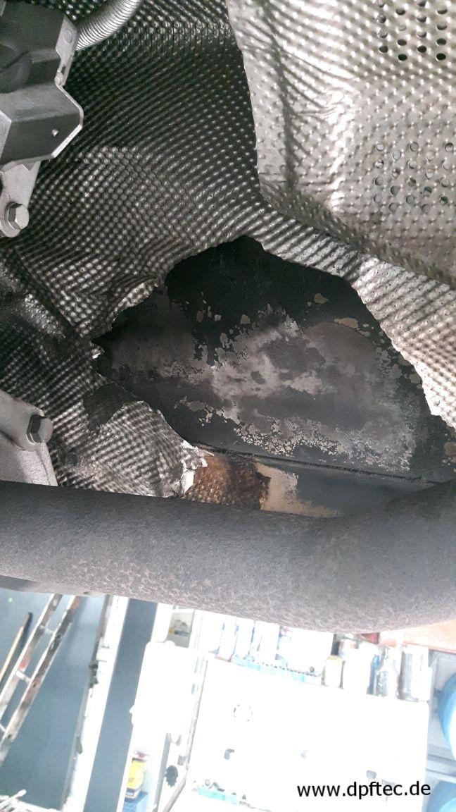 36  Durch Zwangsregeneration abgebrannte Hitzeschutzbleche. Dieser Kunde hat noch einmal Glück gehabt manche Autos brennen ... (2/2)