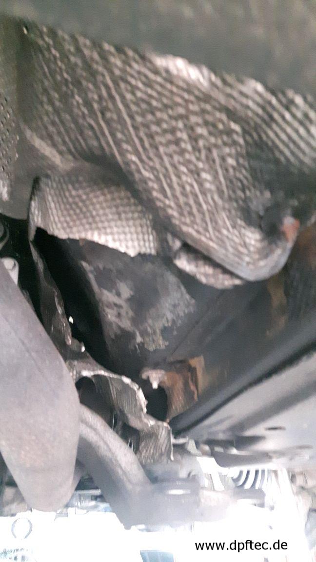 35  Durch Zwangsregeneration abgebrannte Hitzeschutzbleche. Dieser Kunde hat noch einmal Glück gehabt manche Autos brennen dadurch kpl. ab. (1/2)