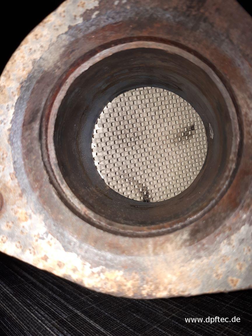 50  Hier noch ein Beispiel von einem Nachbau DPF, auch hier hat sich das Filtermaterial nach hinten geschoben und den Ausgang teilweise blockiert, das Filtermaterial im DPF ist auch hier um die Hälfte weniger vorhanden