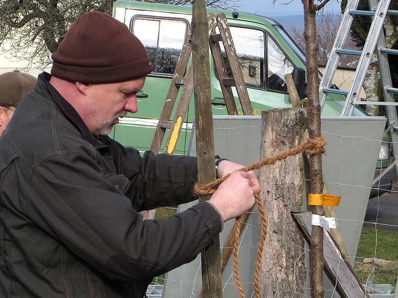 Zum Anbinden sind Stricke aus Naturfasern gut geeignet.