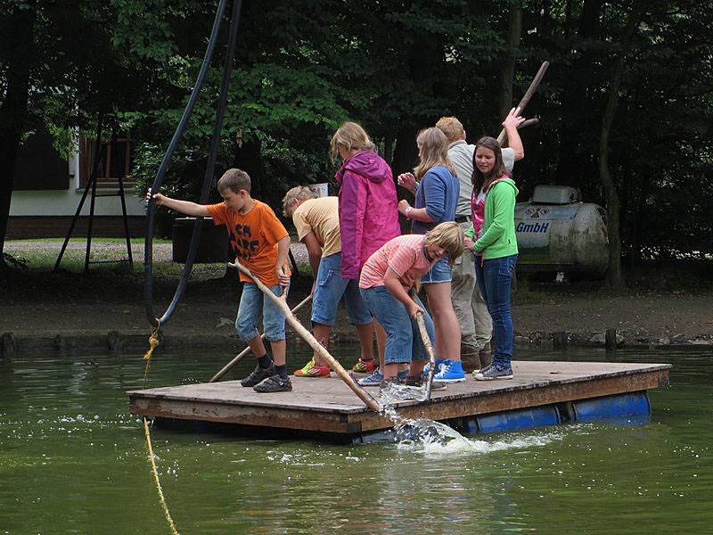 Das Floß ist für jede Menge Spielspaß gut.