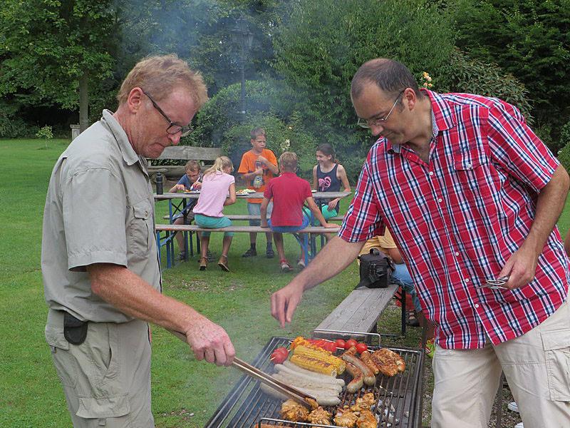 Die Grillmeister Alfred Matthaei und Peter Walter am Werk.
