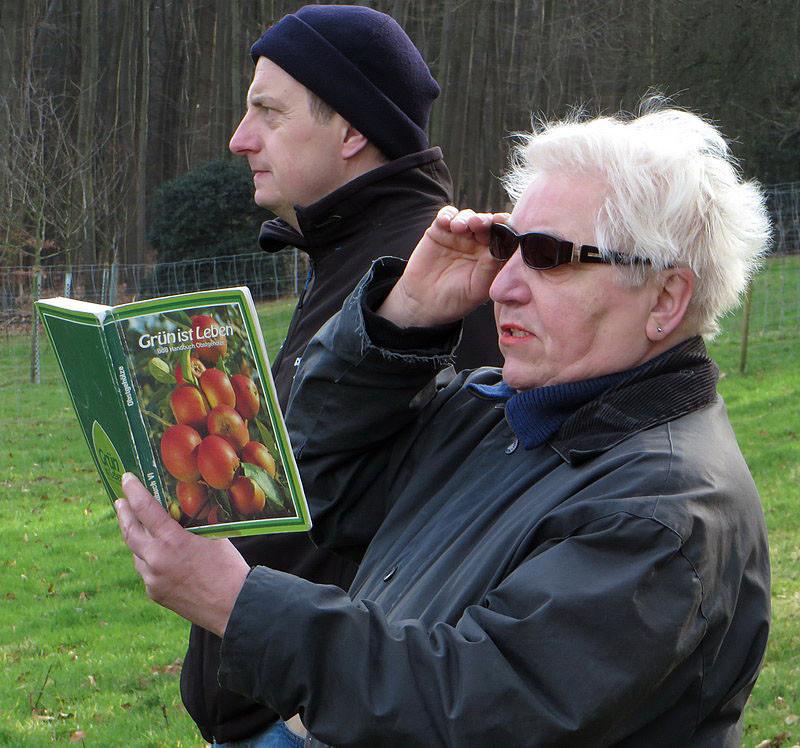 Teilnehmer lesen dann die Informationen über den Baum vor.