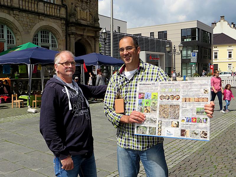 Peter mit der Infotafel über Insekten-Nisthilfe
