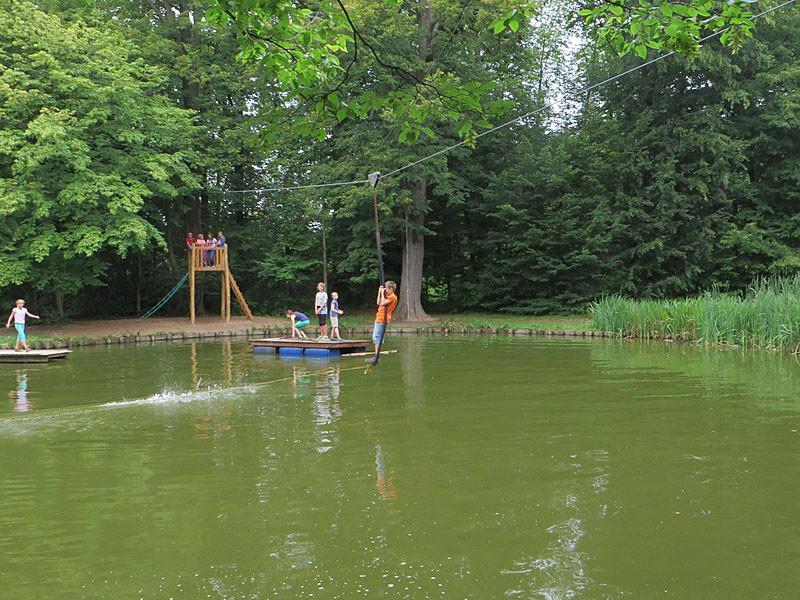 Mit der Seilbahn über den Teich.