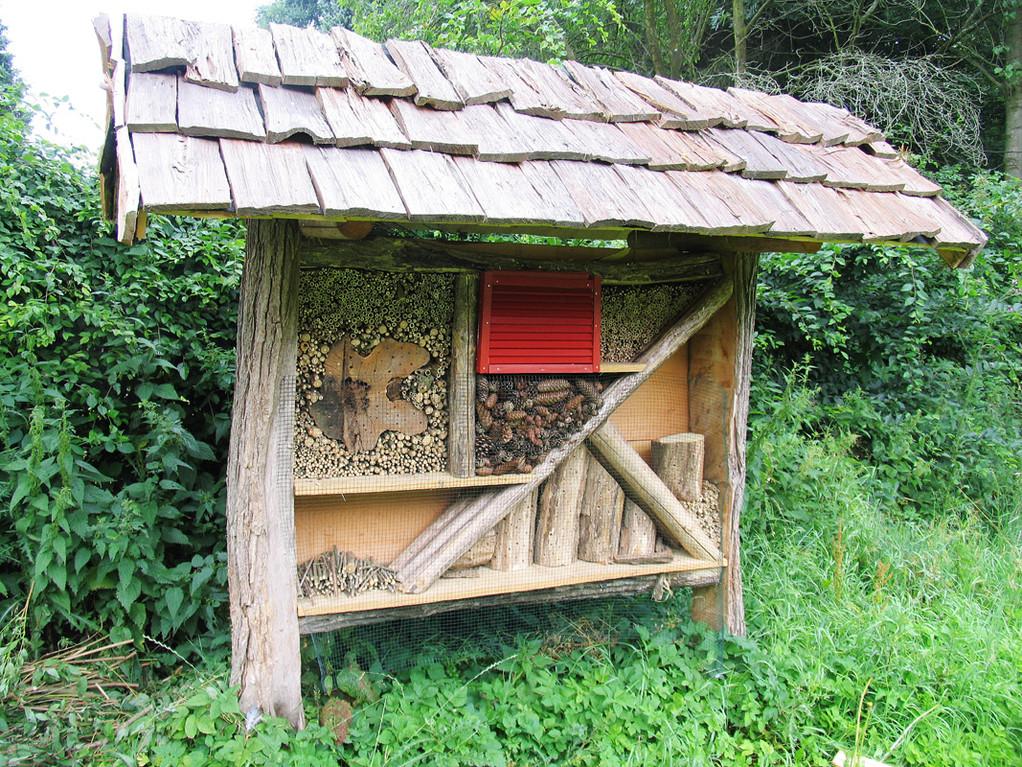Jetzt ist das Insektenhotel fast fertig und wird schon teilweise bewohnt