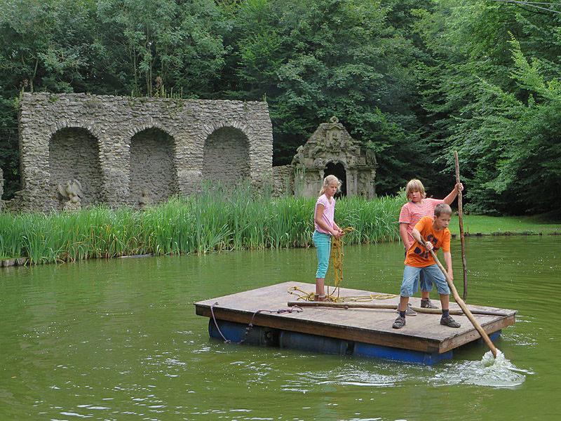 Der Teich von Schloss Baum vor der Kulissenanlage.