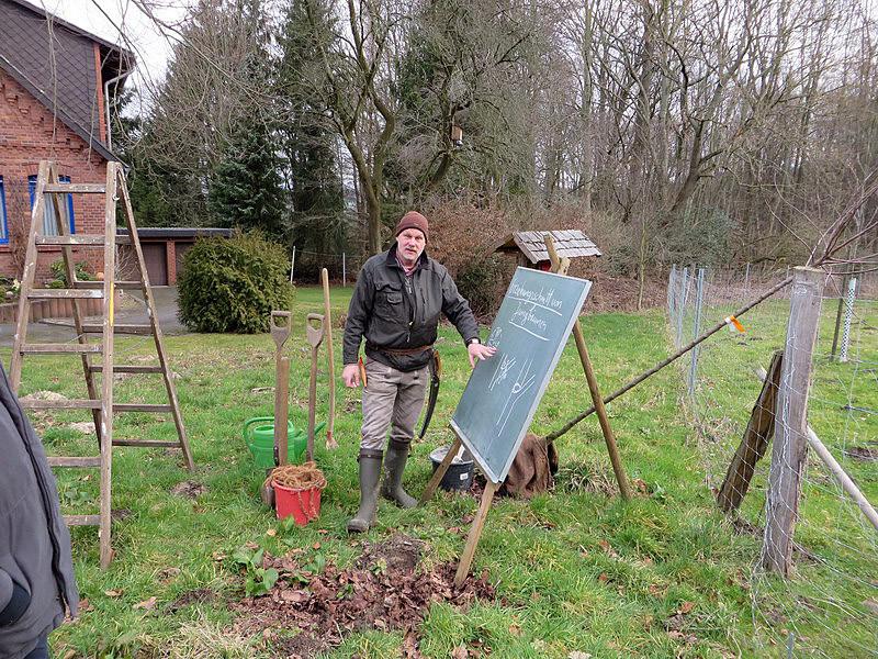 Gärtnermeister Gerhard Kirchner hat seine Schultafel aufgebaut.