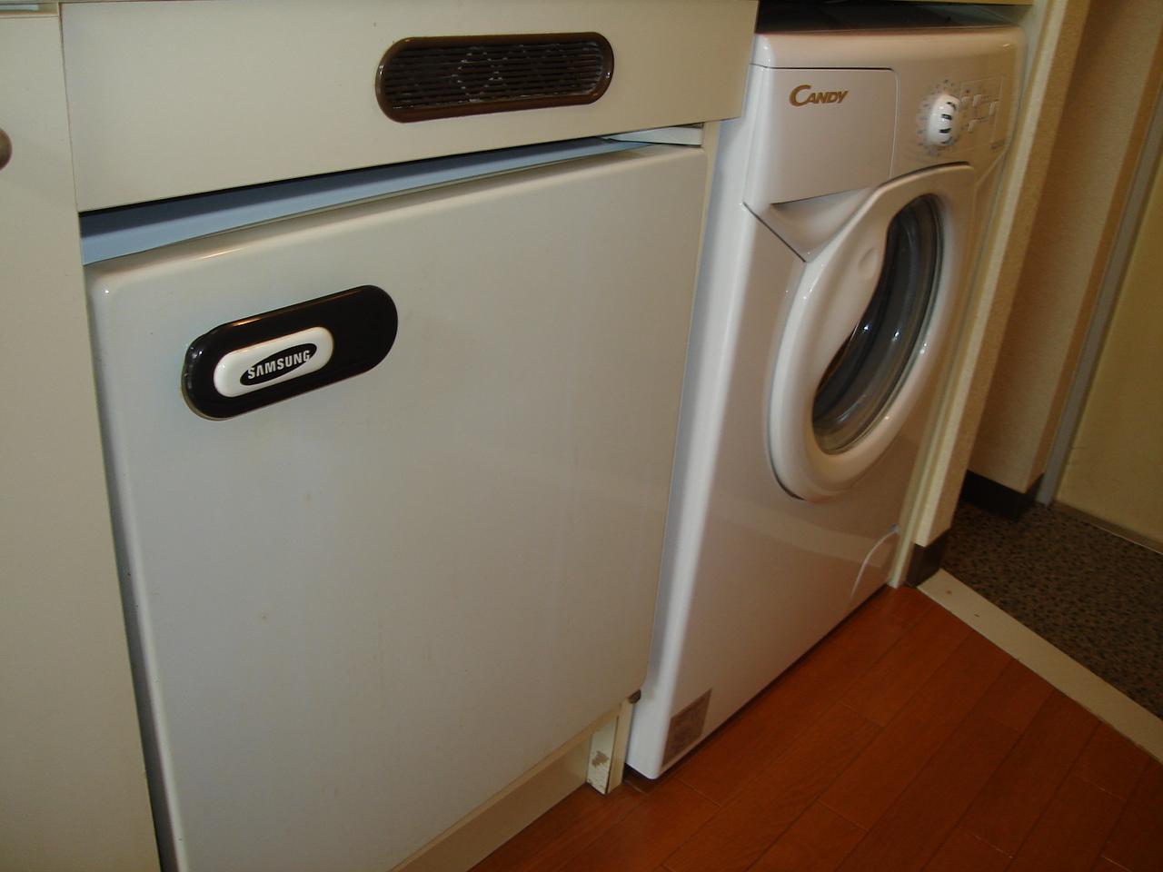 キッチン下部にミニ冷蔵庫とミニ洗濯機設置