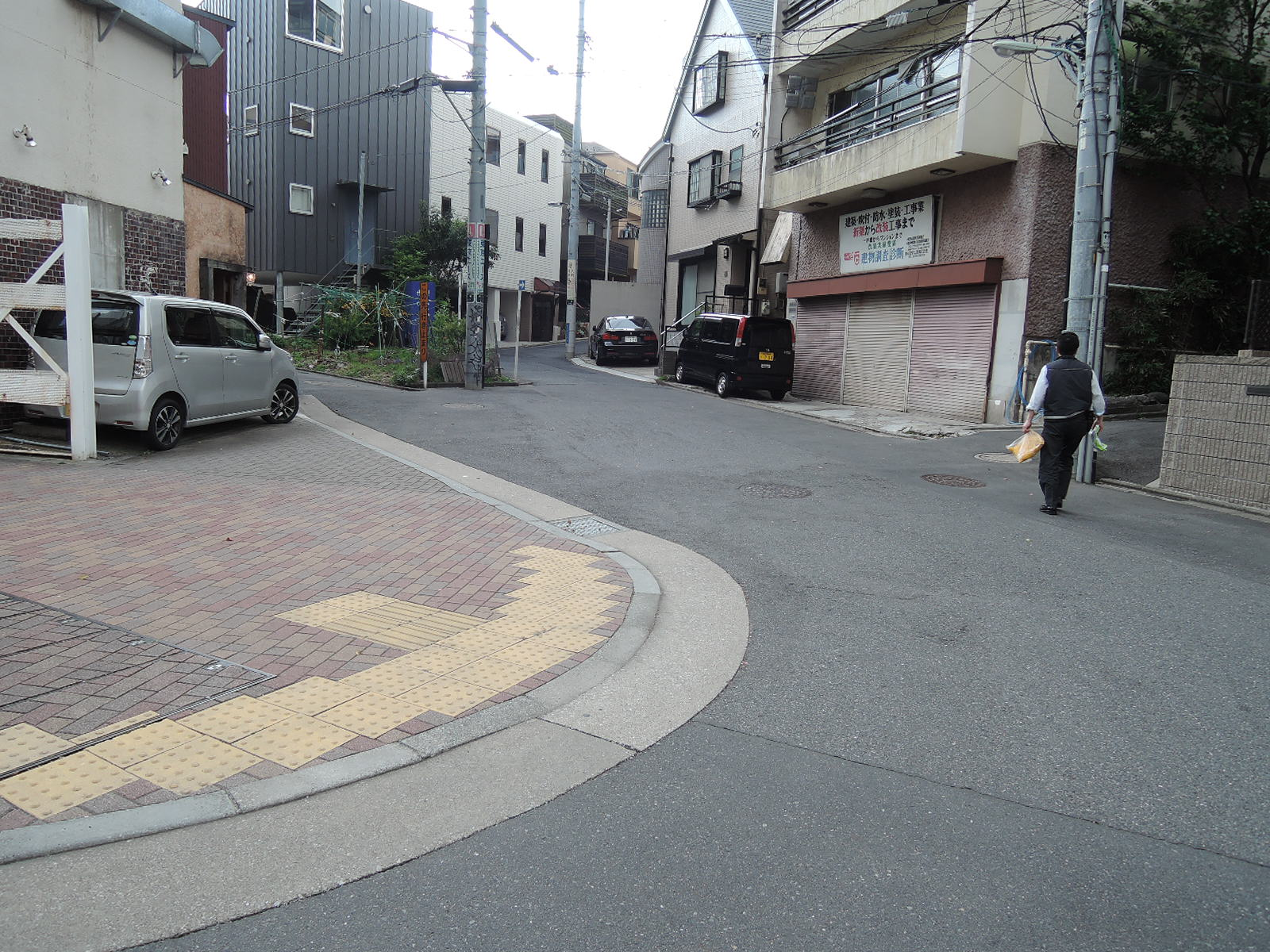 住宅街へのこの坂を上がって行きます