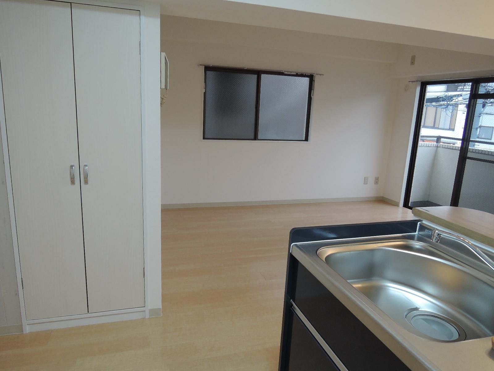 キッチンスペースそばに、上下に分かれた扉付きの物入れ