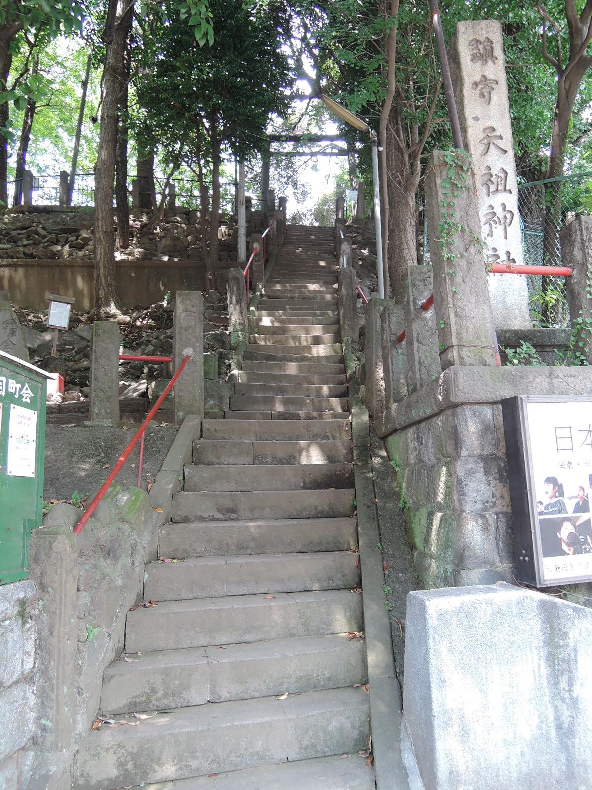 途中に駅前の神社の参道があります