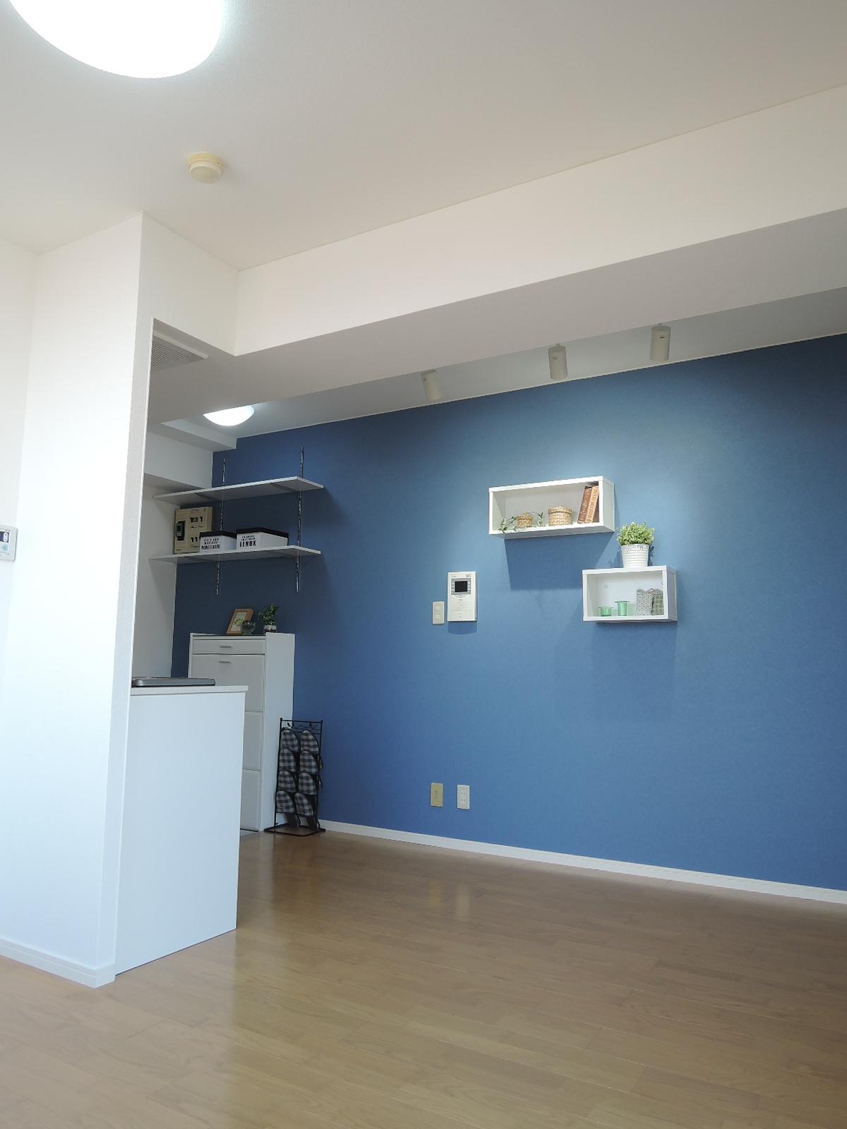 青の中にBOX型の白いウォールシェルフを設置