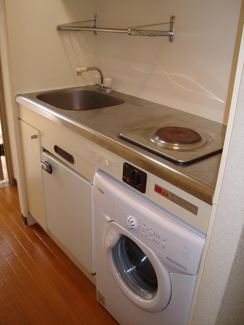 キッチン下部にミニ冷蔵庫とミニ洗濯機が付いてます