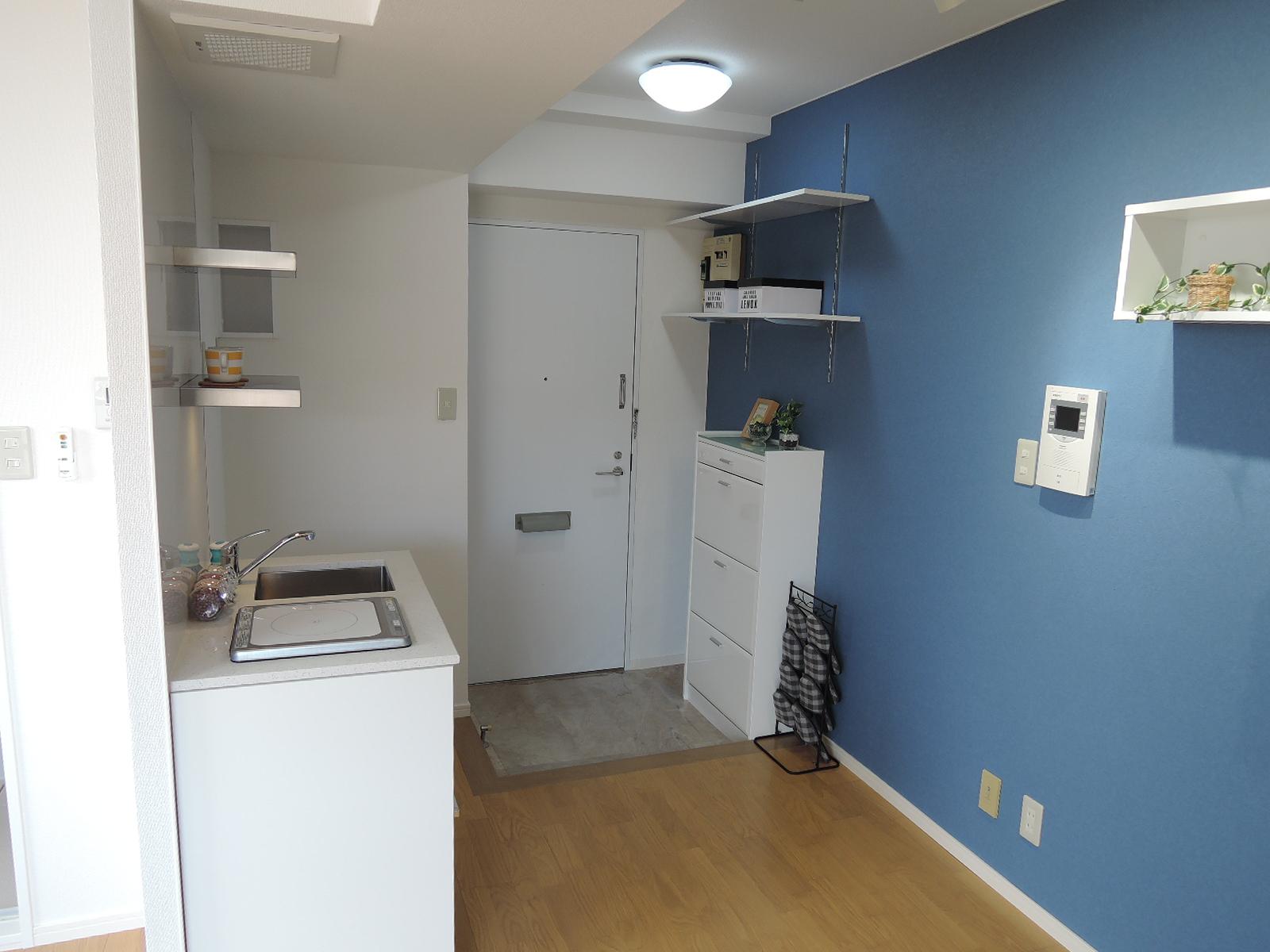 キッチンの向かいの壁は落ち着いた青