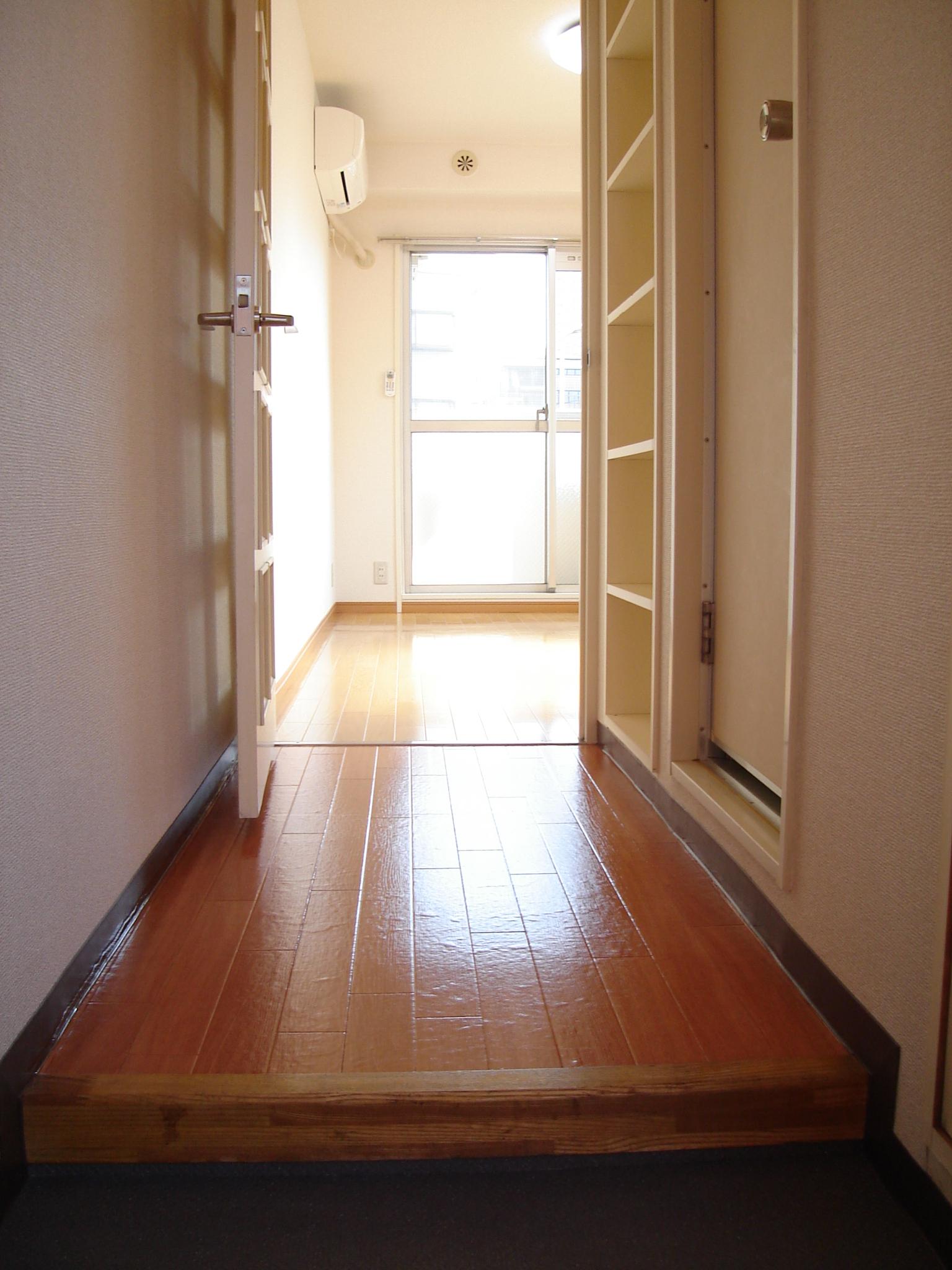玄関より室内