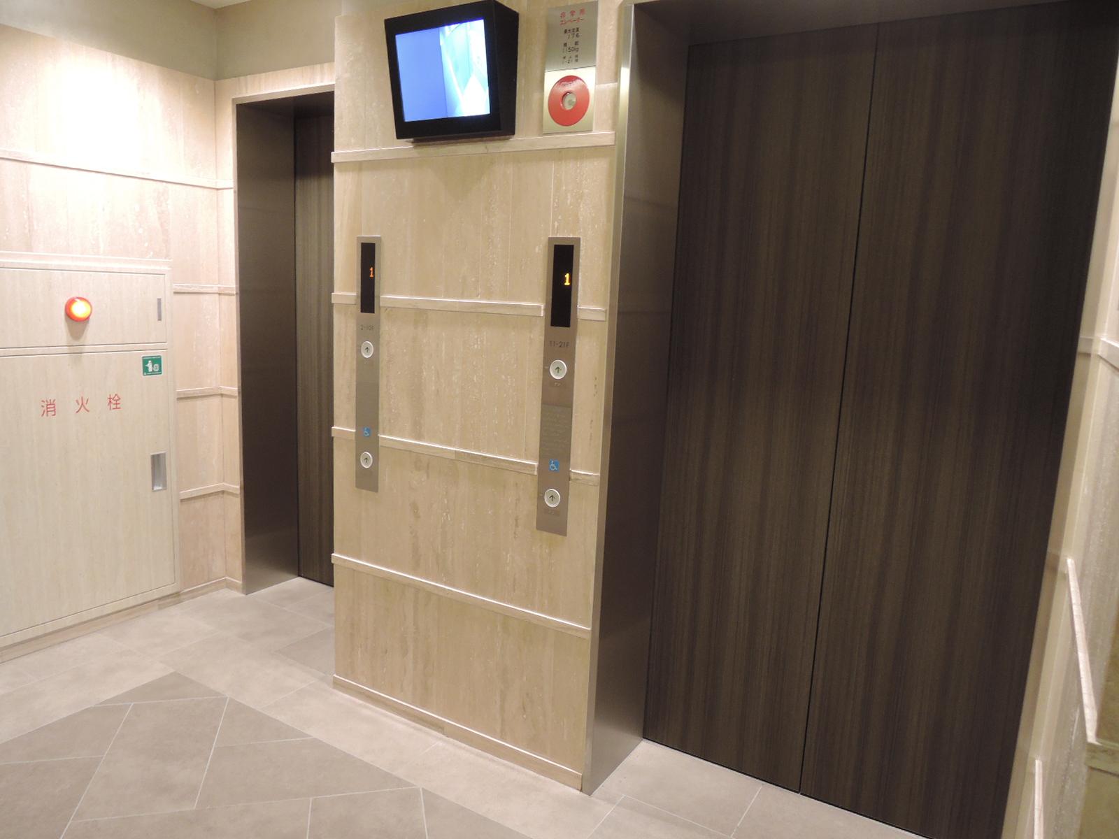 エレベーターホール。エレベーター内が映るモニター付きです