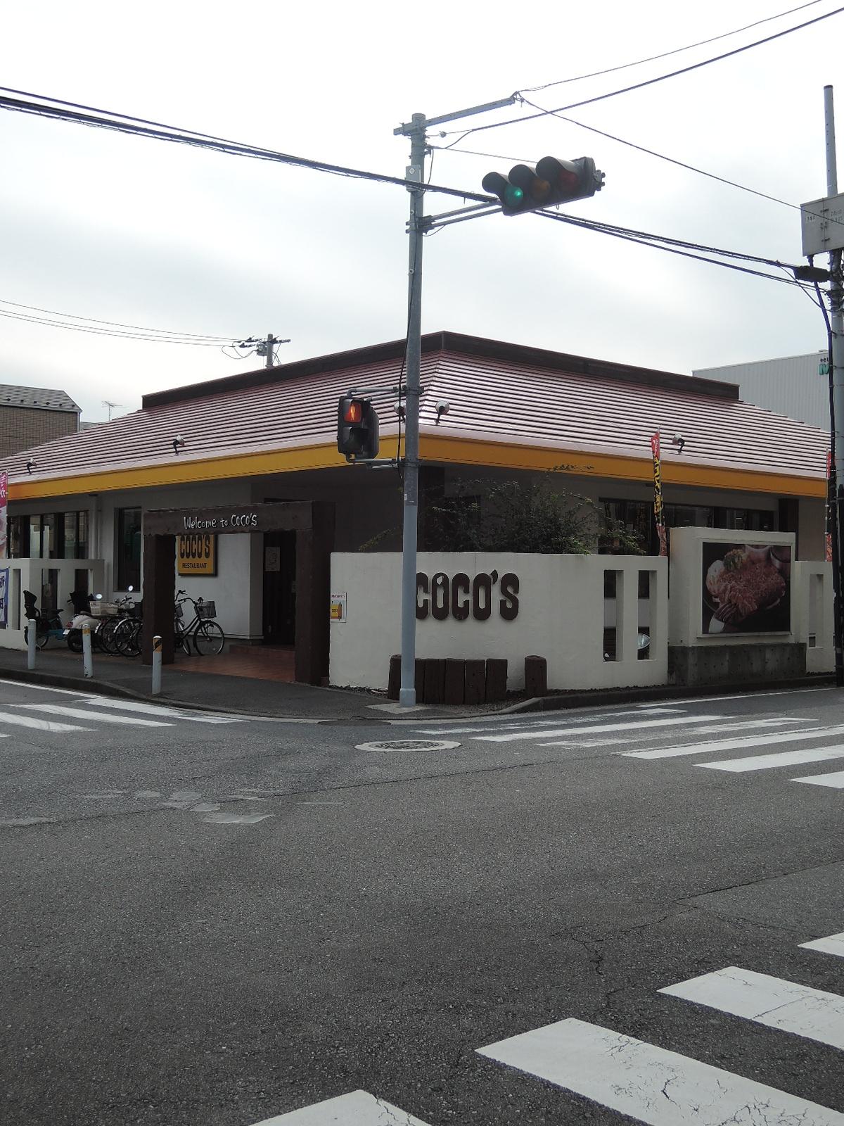 駅方向からの目印にもなるフアミリーレストラン