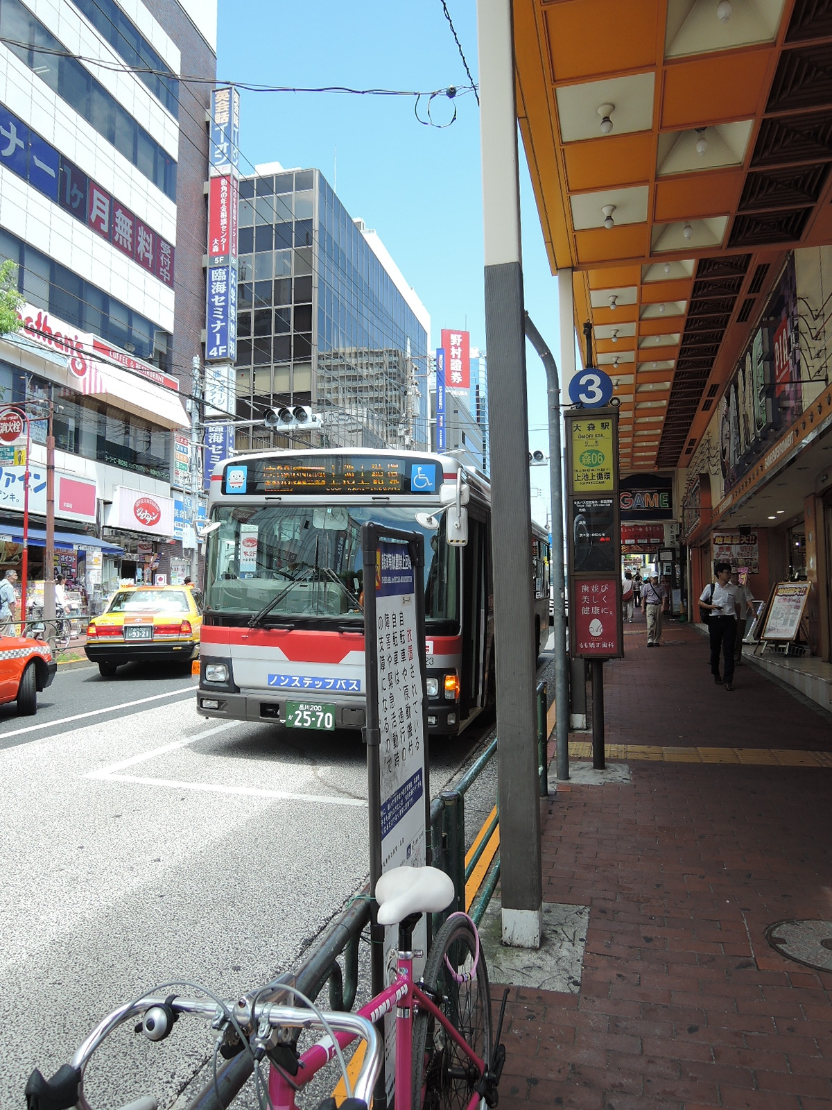 歩道に並んで設置されているバス停留所(西口)