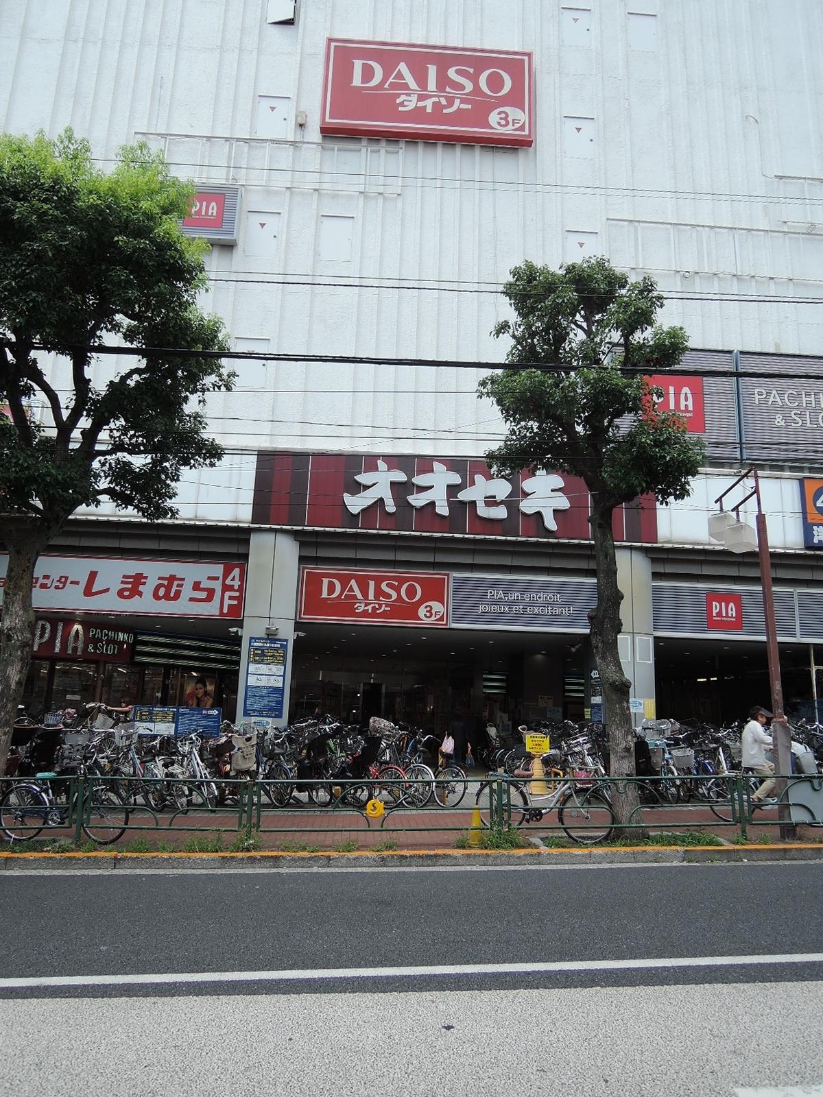 駅西口からすぐの商業ビル。色々なお店が入ってます