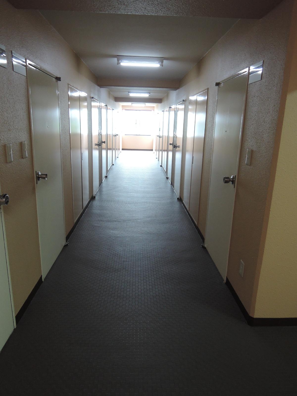 共用廊下は広く、掃除が行き届いています